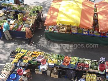 Mercados coloridos cerca de la escuela