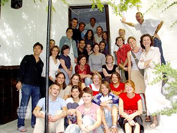 Estudiantes en el exterior de la escuela