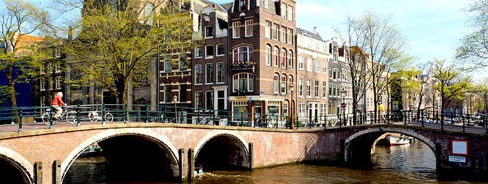 Canal de Amsterdam con ciclista