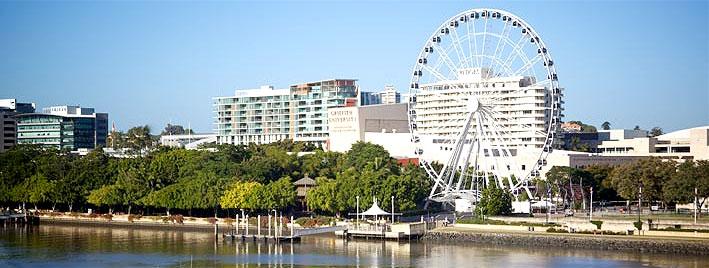 Rueda de Brisbane al lado del agua