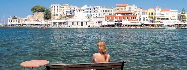 Agua, edificios y sol en Creta