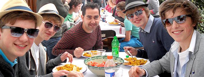 Practicando español durante el almuerzo en Granada