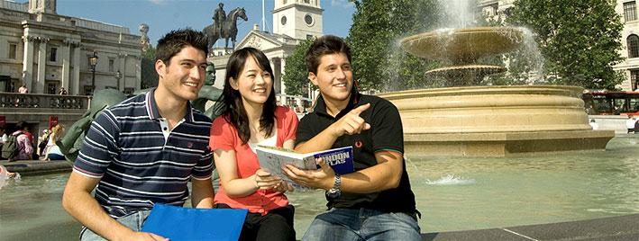 Estudiantes en Trafalgar square, Londres