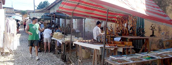 Tiendas en el mercado de Trinidad, Cuba