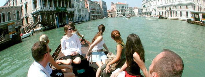 Estudiantes de idioma descubriendo Venecia en bote
